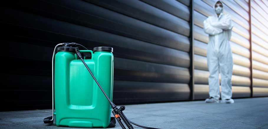 Υπάλληλος απεντόμωσης με εντομοκτόνο. Συχνός τρόπος για καταπολέμηση σφηκών