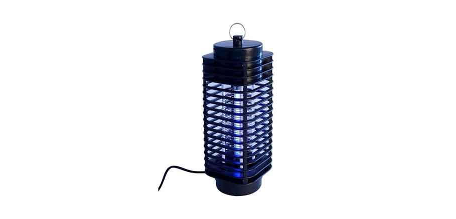Σκούρη μπλε ηλεκτρική παγίδα για κουνούπια σε λευκό φόντο.